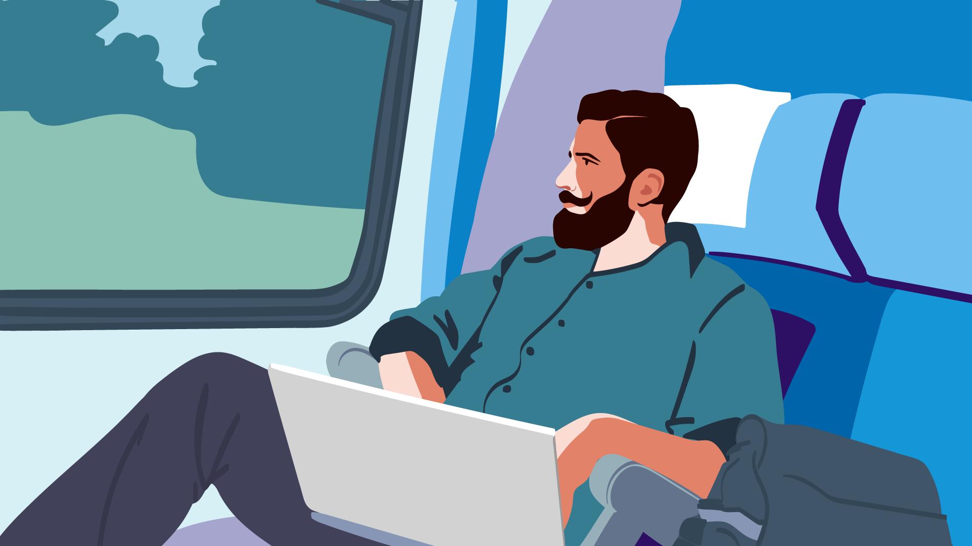 Mann mit grünem Hemd im Zug arbeitet am Laptop, um darzustellen, dass eine Reisekostenabrechnung als Freiberufler wichtig ist.